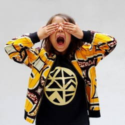Fillippa yellow weave bomber jakke/sort T-shirt m. guld logo